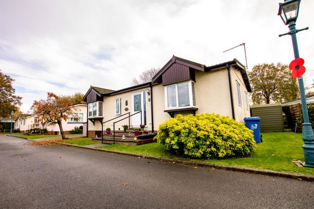 2 bed mobile/park home for sale in The Paddock, Willows Riverside Park, Windsor SL4