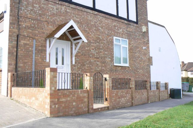 Thumbnail Flat to rent in Cleave Avenue, Farnborough, Orpington