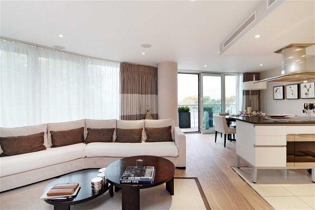 2 bed flat to rent in Queenstown Road, London