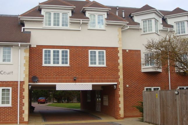 Thumbnail Flat to rent in Langley Road, Slough