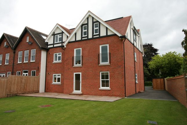 2 bedroom flat to rent in The Avenue, Tadworth