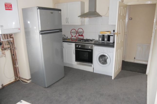 Thumbnail Flat to rent in East Avenue, Hayes