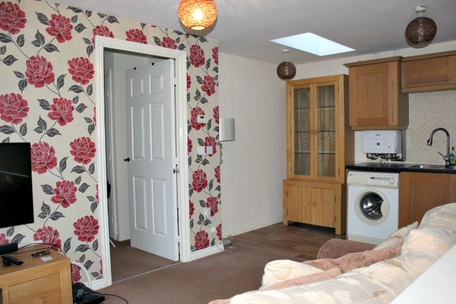 Thumbnail Flat to rent in Farnborough Avenue, Bilton