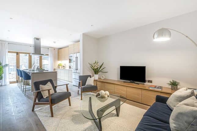 Lounge of Victoria Avenue, London N3