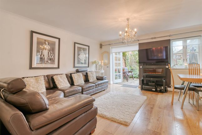 3 bed property for sale in Treves Close, London N21