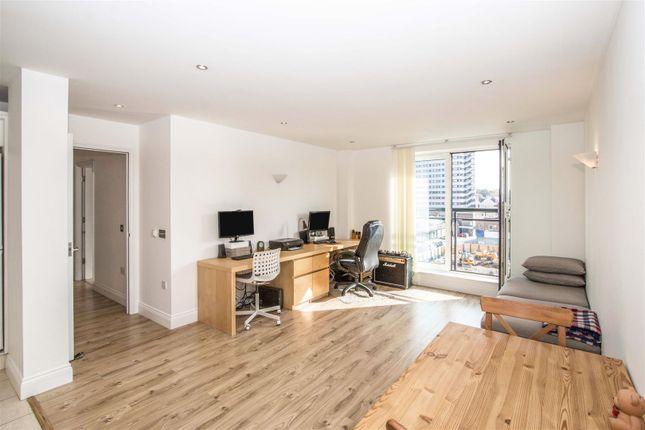 Thumbnail Flat for sale in Eighteeneast, Queens Way, Southampton