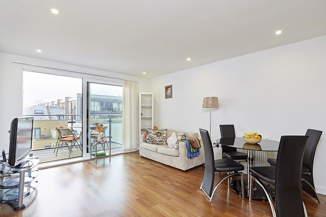 Flat to rent in Wharf Street, London