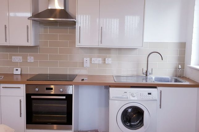 Thumbnail Flat to rent in Leaf Close, Northwood