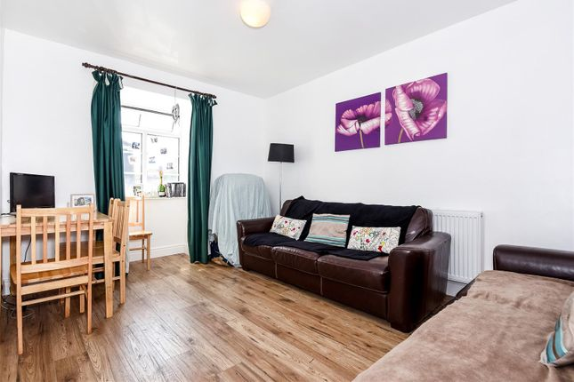 2 bed flat to rent in Barrow Road, London