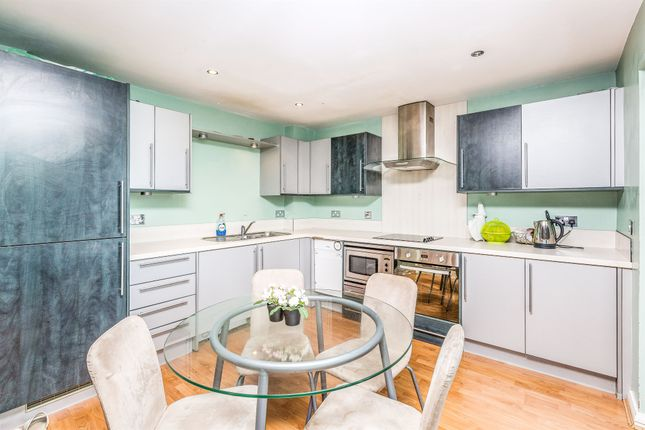 Thumbnail Flat for sale in Churchill Way, Cardiff