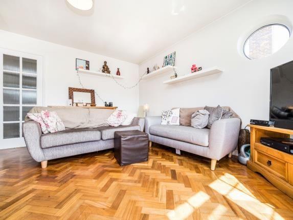 2 bed flat for sale in Squirrels Heath Lane, Gidea Park, Romford
