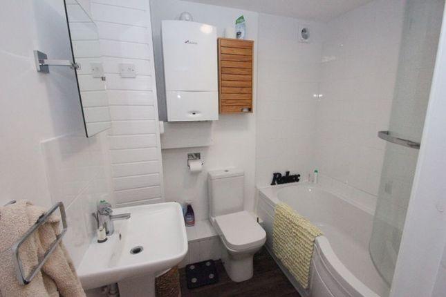 Bathroom of New Road, Studley B80