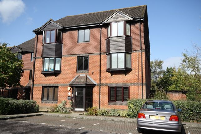 Thumbnail Flat to rent in Foxhills, Horsell, Woking