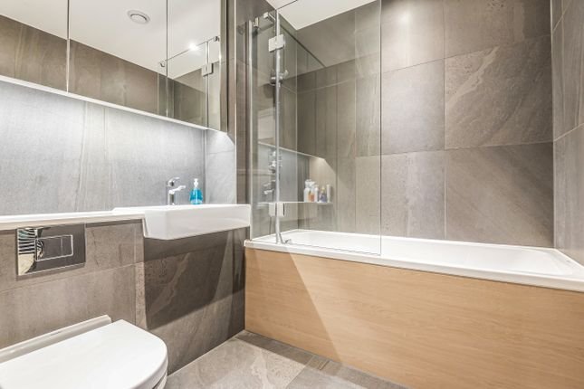 Bathroom of The Cable, 47 Pilot Walk, Parkside, Greenwich Peninsula SE10