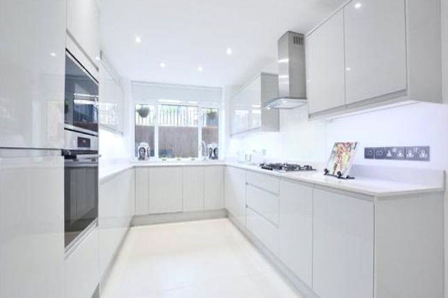 4 bed property to rent in Harley Road, Primrose Hill, London NW3