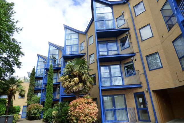 2 bed flat to rent in Edison Road, Bromley BR2