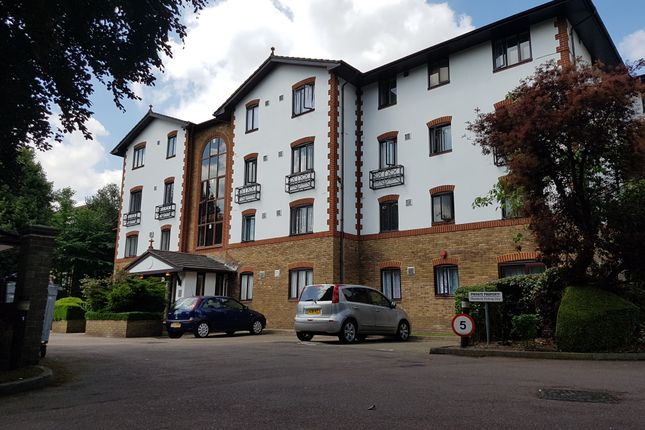2 bed flat to rent in The Beeches, Hounslow