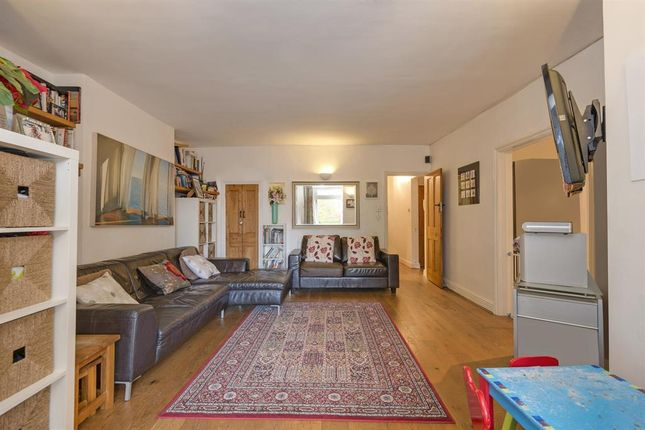 3 bed flat to rent in The Avenue, Brondesbury Park, London