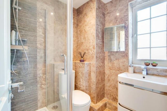 8_Ensuite-0 of Carew Close, Chafford Hundred, Grays RM16