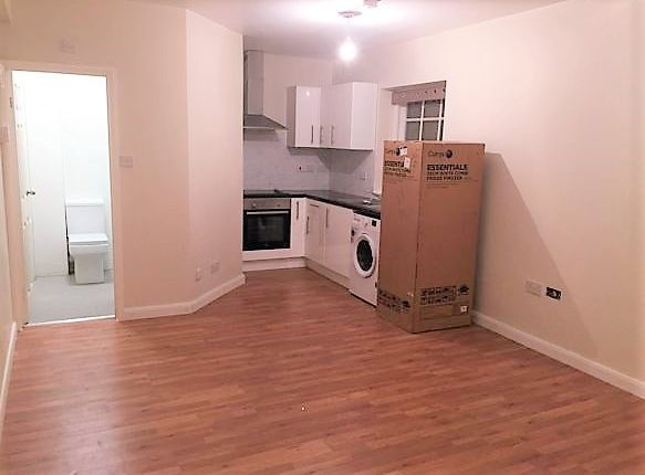 Thumbnail Flat to rent in High Street, Colnbrook