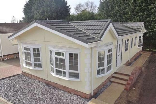 Thumbnail Mobile/park home for sale in Hillcrest Park (Ref 5118), Caddington, Luton, Bedfordshire