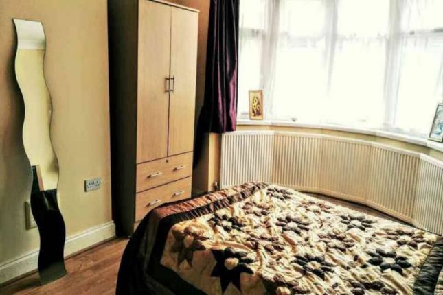 Room to rent in Glencoe Avenue, Seven Kings, Ilford