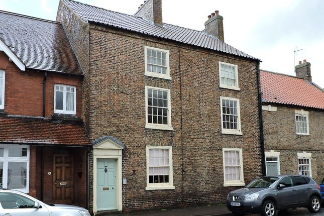 2 bed flat to rent in Kirkgate, Thirsk