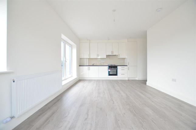 Thumbnail Flat to rent in Farnburn Avenue, Slough