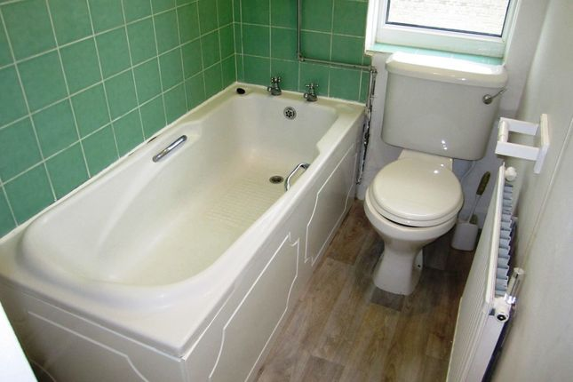 Bathroom of Wordsworth Close, Sheffield S5