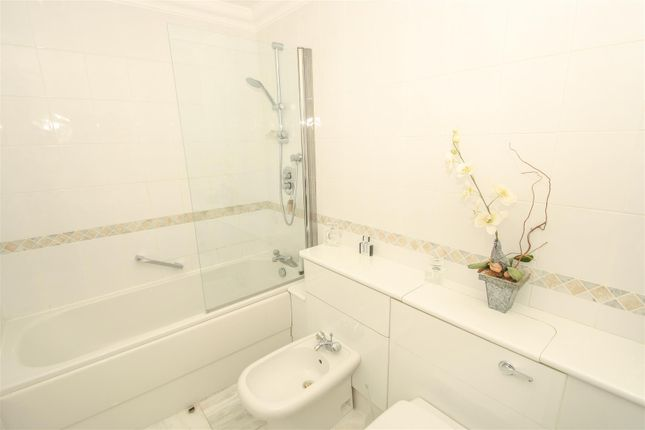 En-Suite of Grand Parade, Leigh-On-Sea SS9