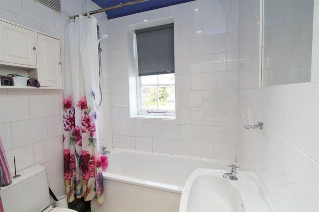 Bathroom of Chelwood Avenue, Hatfield AL10