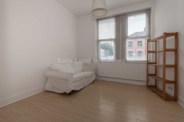 Thumbnail Flat to rent in Northcote Road, London