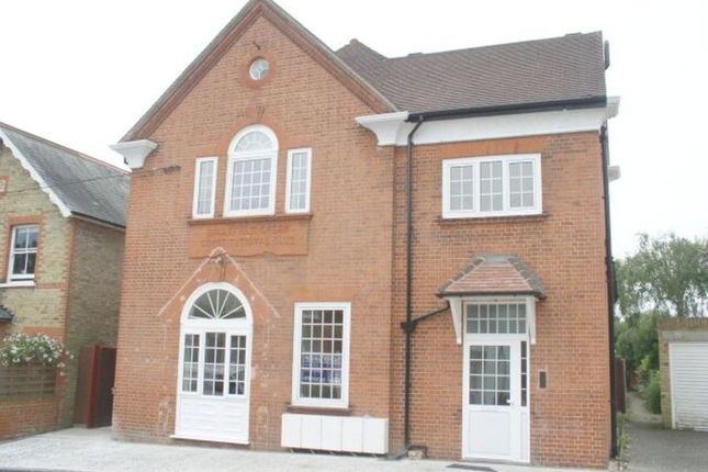 2 bed flat to rent in Harvest Road, Englefield Green