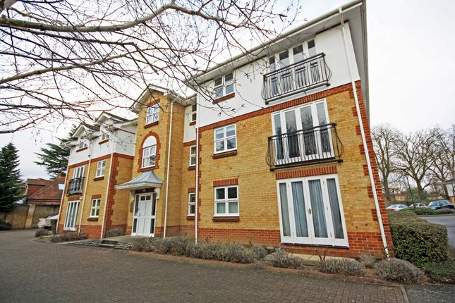 2 bed flat to rent in Rosebank Close, Teddington