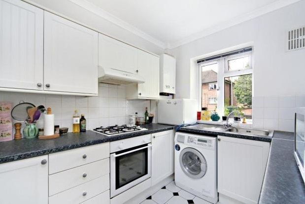 3 bed flat to rent in Broomwood Road, Clapham