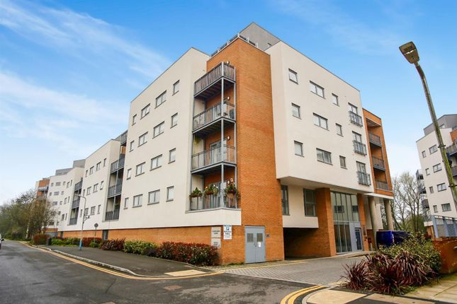 Thumbnail Flat for sale in Sovereign Way, Tonbridge