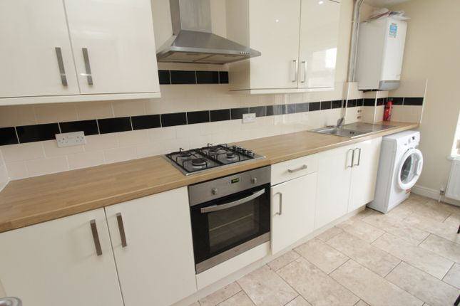 Flat to rent in Richmond Crescent, Roath, Cardiff