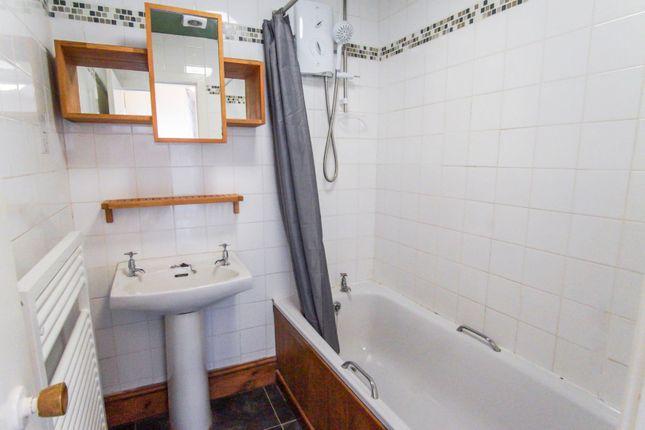 Bathroom of Gray Street, Dundee DD5