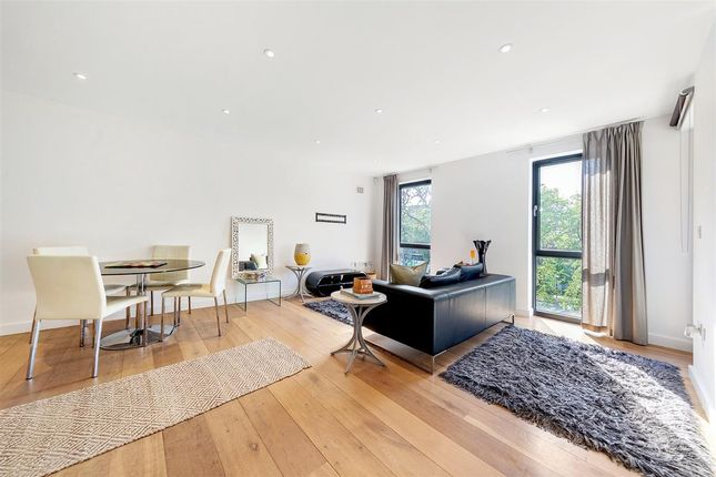 Thumbnail Flat to rent in Clapham Court Terrace, Kings Avenue, London