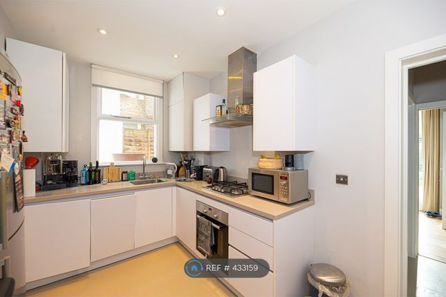 2 bed flat to rent in Cavendish Road, London SW12