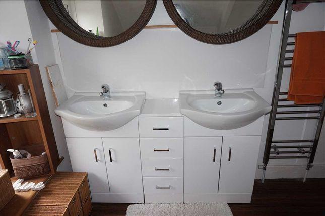 Family Bathroom :