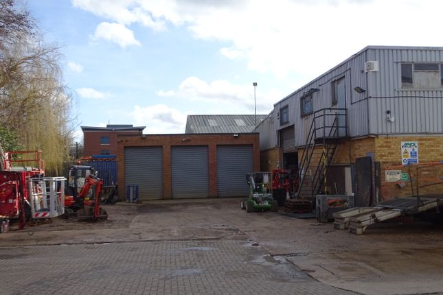 Warehouse to let in Coldharbour Lane, Harpenden