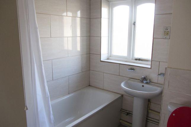 Bathroom of Pittman Gardens, Ilford IG1