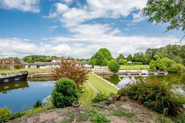 Temple Gardens, Staines-Upon-Thames TW18