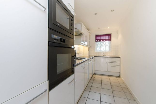 2 bed flat to rent in Chatfield Road, Battersea