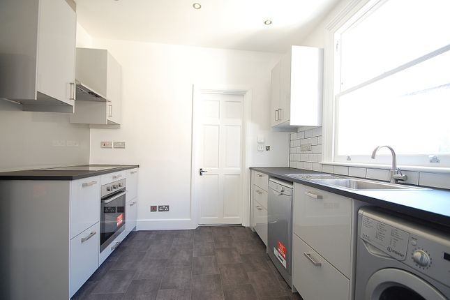 2 bed flat to rent in Khartoum Road, Tooting SW17