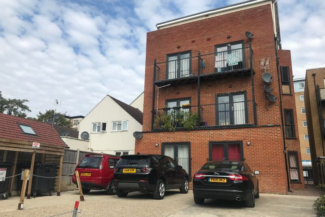 Flat to rent in High Street, Slough