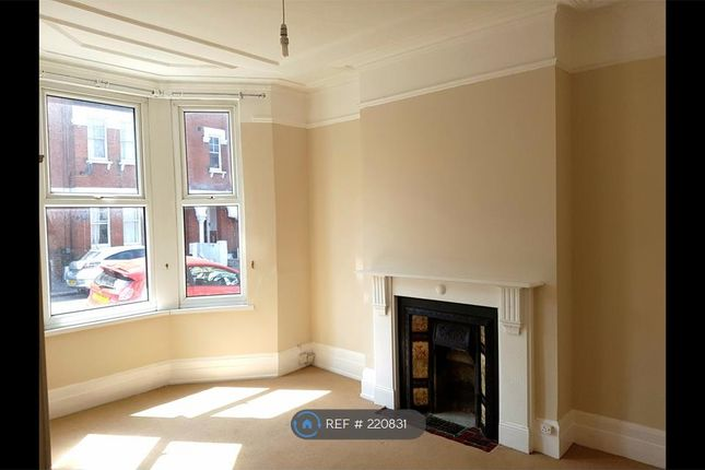 2 bed flat to rent in Ulverstone Road, London