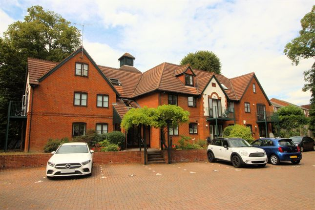 Thumbnail Flat to rent in West Hill Road, Hook Heath, Woking