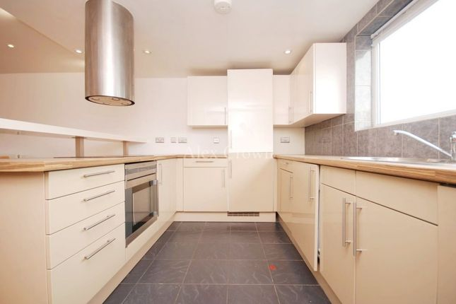 2 bed flat to rent in St. James's Lane, London